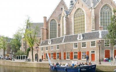 Welke hoogtepunten zie je tijdens een rondvaart door de grachten in Amsterdam?