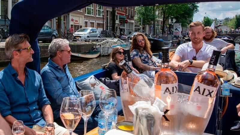 Bootverhuur Amsterdam gasten en schipper